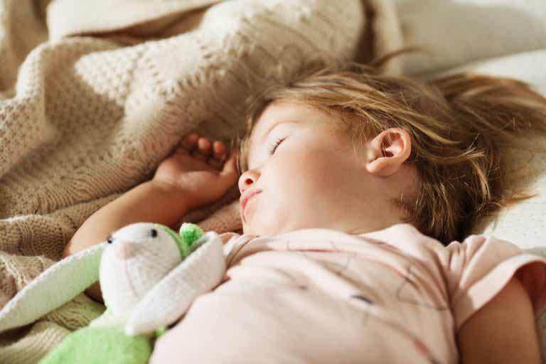Miten totuttaa lapsi nukkumaan yksin?