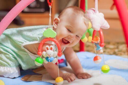 Missä iässä vauva alkaa nostaa päätään?