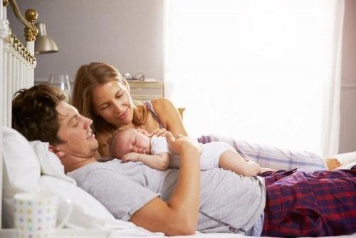 Paljonko vanhemmat menettävät unta lapsen syntymän myötä?