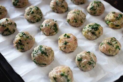 Pinaattilihapullat voi valmistaa myös kananlihasta