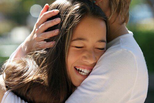 Lapsen silittely ja sen 8 terapeuttista etua