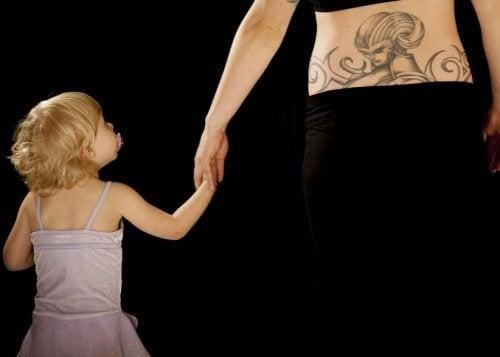 Lapsesta kertova tatuointi