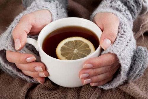 5 imettävälle äidille sopivaa teetä ja niiden terveysvaikutukset