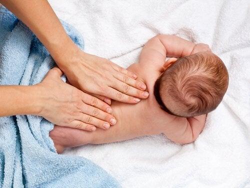Vauvan hierominen ja 12 sen aikaansaamaa hyötyä