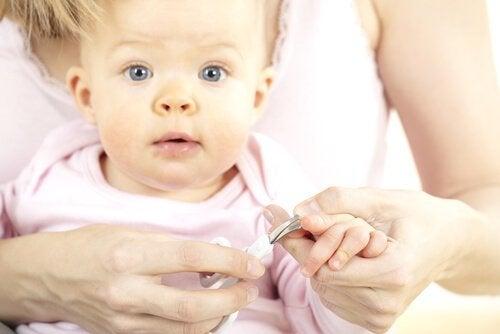 Vauvan kynsien leikkaaminen: Milloin ja miten?