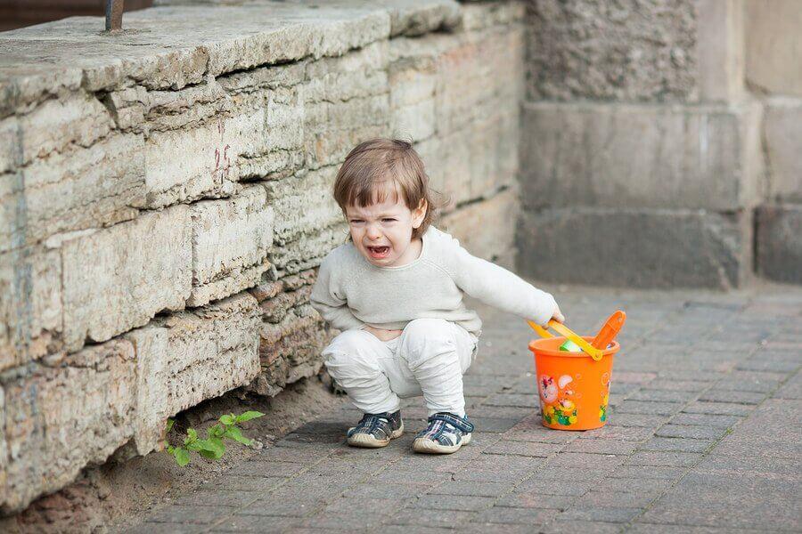 Onko totta, että lapsi käyttäytyy huonommin vanhempiensa seurassa?