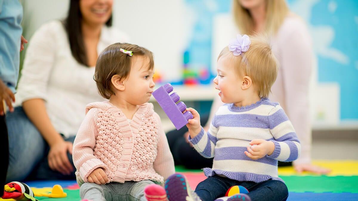Päiväkodin hyödyt lapselle - pääsee vuorovaikutukseen muiden lasten ja aikuisten kanssa