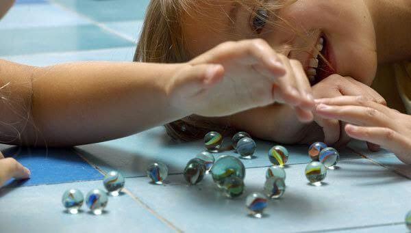 Älä anna lapsen leikkiä liian pienillä leluilla.