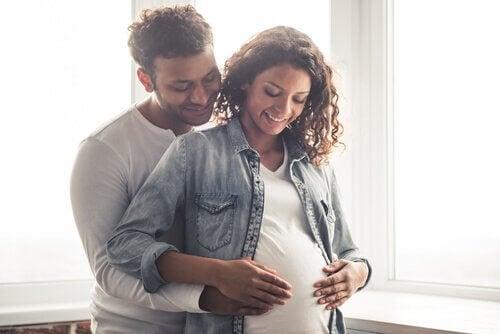 Sattuuko äitiä, kun vauva potkii mahassa?