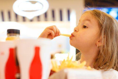 Kannattaako lapsen antaa leikkiä ruoalla?