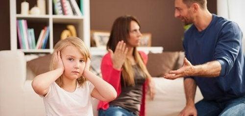 Lapsen edessä riiteleminen