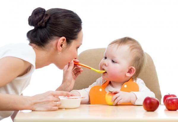 Hedelmien lisääminen lapsen ruokavalioon onnistuu helposti mm. soseiden ja mehujen muodossa
