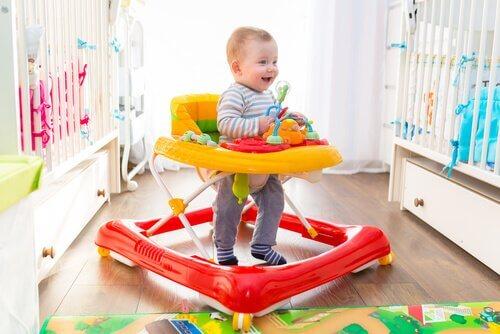 Kävelytuolin hyödyt ja haitat lapsen opetellessa kävelemään