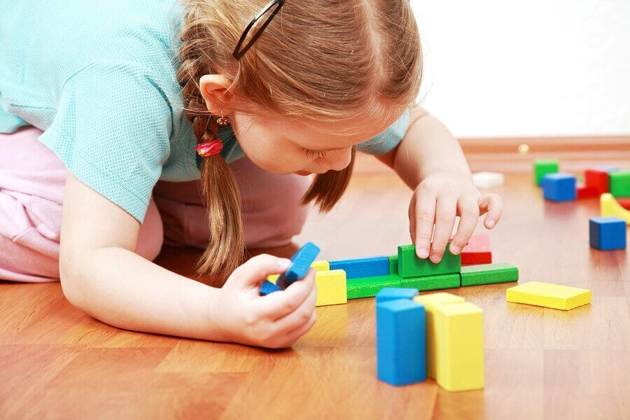 Miksi lapsen on hyvä oppia leikkimään itsekseen?