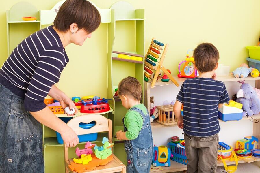 Lapsen opettaminen siivoamaan 10 vinkin avulla