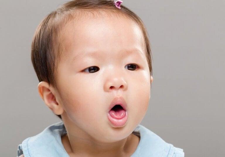 Kuinka toimia, jos vauva on vaarassa tukehtua maitoon?