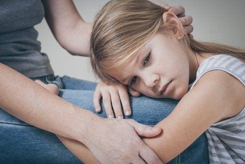 Myös fyysisesti läsnä olevat vanhemmat voivat olla henkisesti etäisiä lapselle