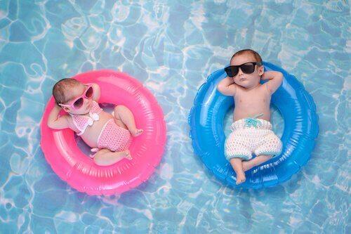 Lapsen kanssa uimassa: 10 tarpeellista tarviketta mukaan pakattavaksi