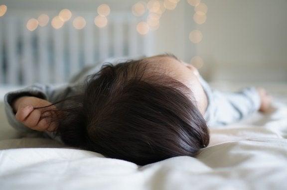 Kuinka toimia, jos vauva putoaa sängystä?