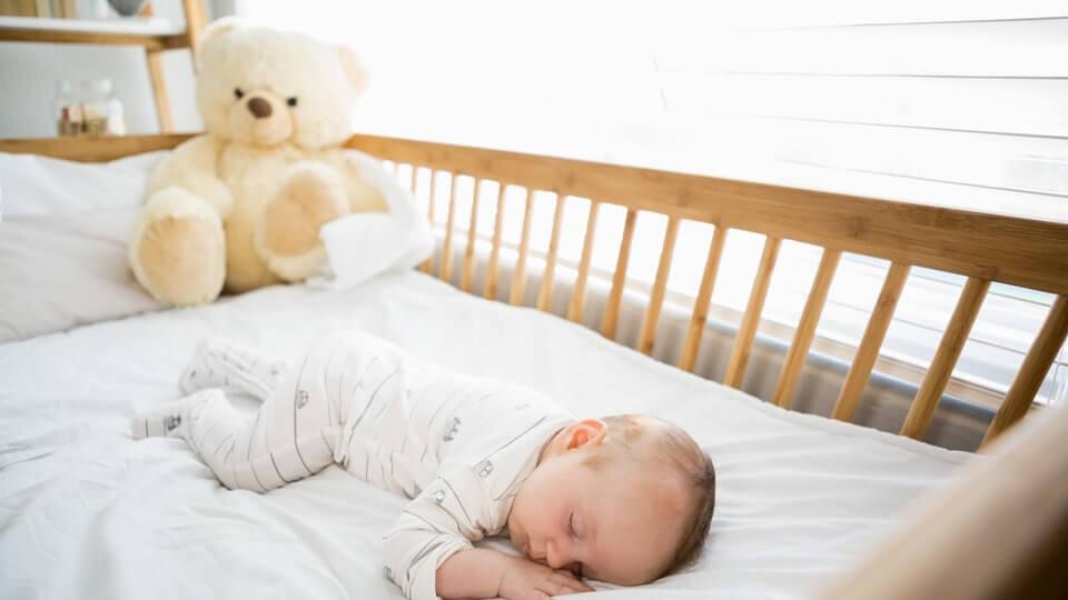 Nouseeko kätkytkuoleman riski, kun vauva kääntyy nukkuessaan vatsalleen?