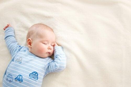 On suositeltavaa, että vauva nukkuu kasvot ylöspäin.