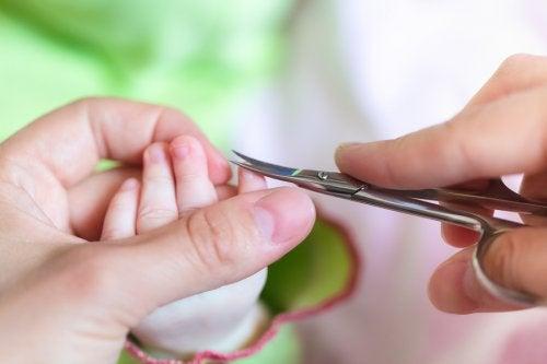Vauvan kynsiä leikatessa tulee olla tarkkana.