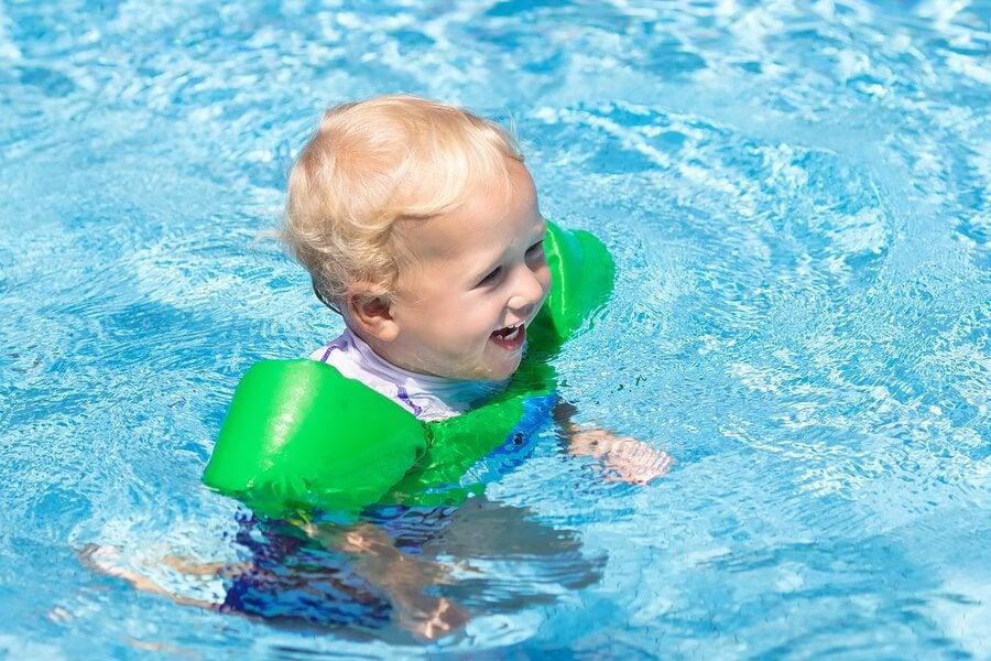 Lapsen kanssa uimaan: 10 tarpeellista tarviketta mukaan pakattavaksi
