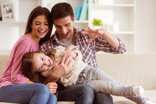 Lapsen täytyy pystyä luottamaan kumpaankin vanhempaansa