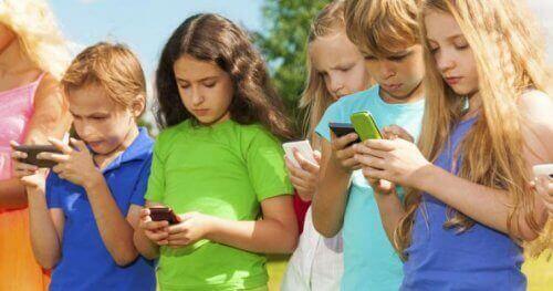 Teknologia sairastuttaa lapsia eri tavoin, esimerkiksi aiheuttamalla kuulo-ongelmia