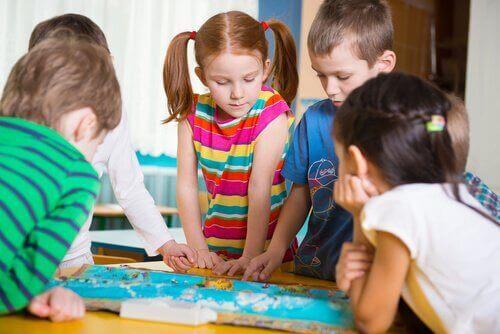 Erilaiset aktiviteetit auttavat kehittämään mm. eri aisteja.