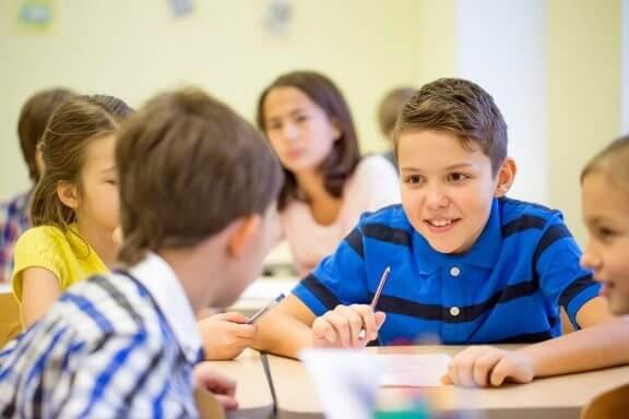 Kuinka toimia, kun lapsi puhuu liikaa oppitunneilla?