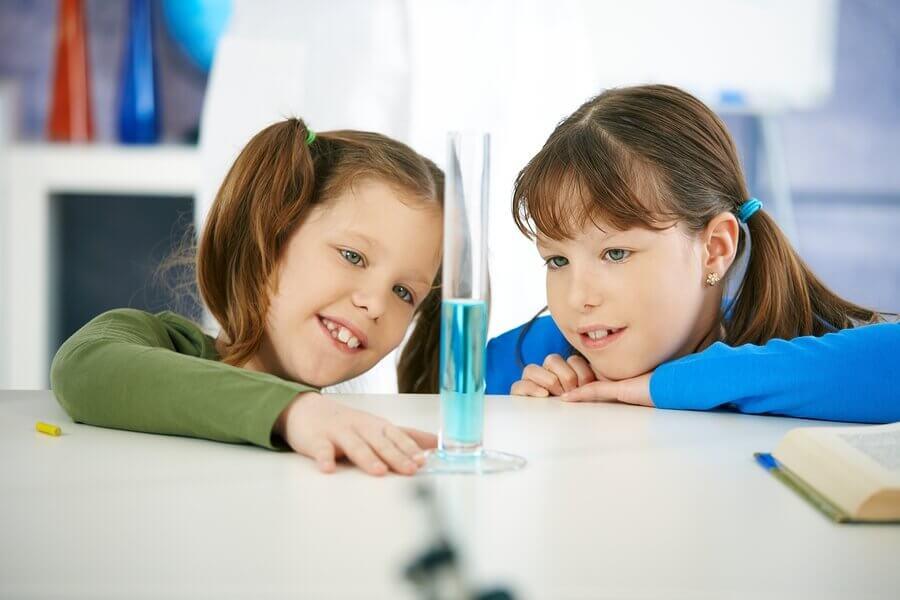 Lapsen tiedekasvatus: 4 koetta vedellä