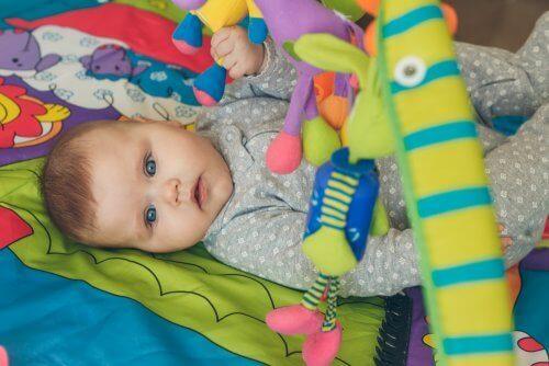 Varhaiset stimulointiharjoitukset auttavat lapsen sosiaalisten ja emotionaalisten kykyjen kehittymisessä