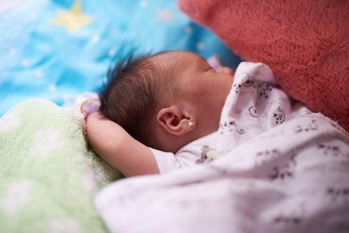 Kuinka valita vastasyntyneen vauvan kesävaatteet?