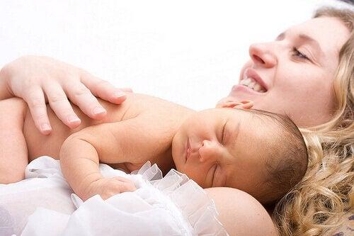 Imetystä helpottava vaate on loistava lahjaidea tuoreelle äidille