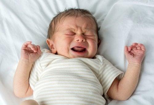 Miksi lapsi itkee unissaan?