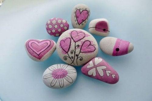 Kivien koristeleminen kaunistuttaa kotiasi tai puutarhaasi