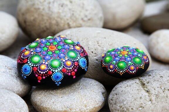 Kivien koristeleminen on koko perheen yhteinen harrastus
