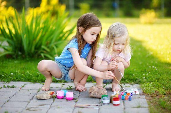 Kivien koristeleminen on hauskaa puuhaa lasten kanssa