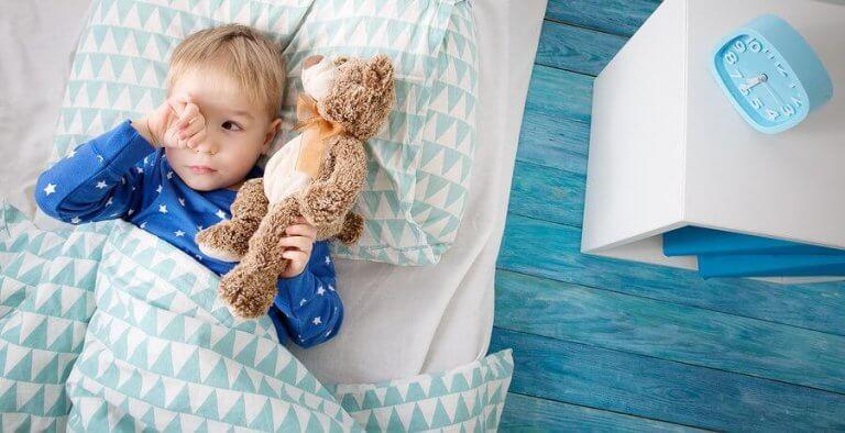 Kuinka toimia, jos lapsi ei halua nukkua yksin?