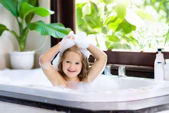 Milloin lapsi voi alkaa kylpeä yksin?