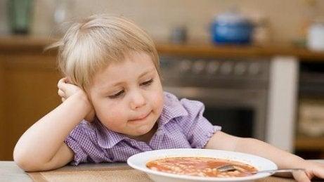 Kuinka toimia, jos lapsi ei syö?