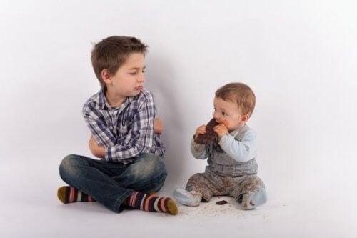 Kuinka välttää lapsen mustasukkaisuus uuden sisaruksen syntyessä?