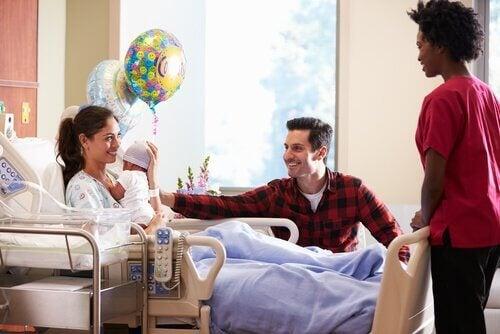 Muista nämä 8 asiaa mennessäsi katsomaan vastasyntynyttä sairaalaan