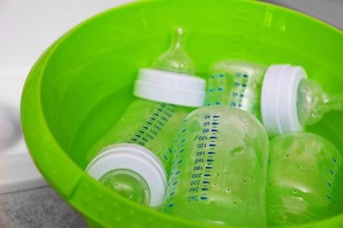 Tuttipullot voi puhdistaa myös pesuaineella ja vedellä