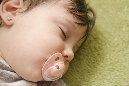 Onko tutti suussa nukkuminen vauvalle haitaksi?