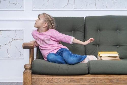 Kuinka toimia, kun lapsi käyttää tekosyitä välttääkseen koulunkäynnin?