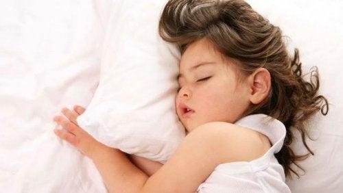 Lapsi hengittää suun kautta, jos jossakin kohtaa hengitysteitä on jonkinlainen este ilmavirralle