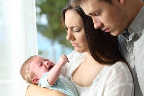 Tuoreet vanhemmat eivät välttämättä tiedä, kuinka rauhoittaa itkevä vauva