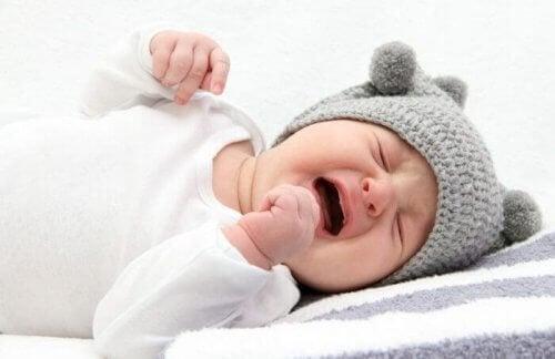 Se, että vauva itkee öisin, voi johtua siitä, että hänen on vaikea luopua kohdunaikaisista tavoistaan